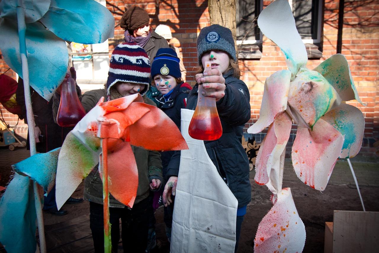 Kinderen experimenteren met gekleurde vloeistoffen